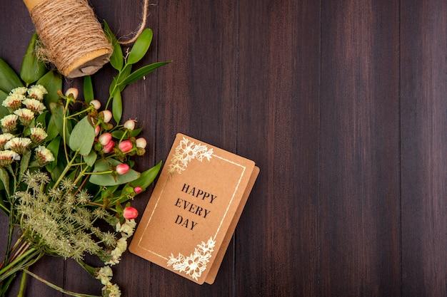 Widok z góry na piękne i kolorowe kwiaty z liśćmi na drewnie z miejsca na kopię