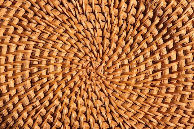 Widok z góry na piękny wzór i fakturę naturalnych brązowych mebli z rattanu