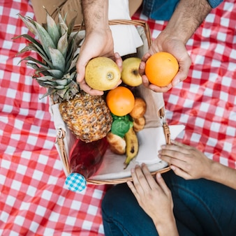 Widok z góry na piknik z owocami