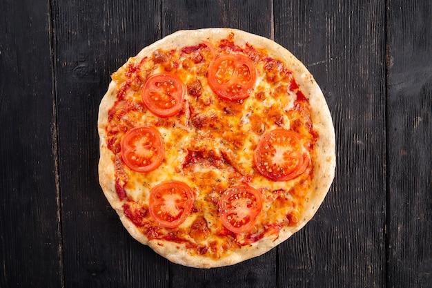 Widok z góry na pizzę margherita na powierzchni drewnianych