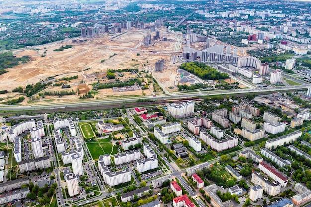 Widok z góry na plac budowy i miasto