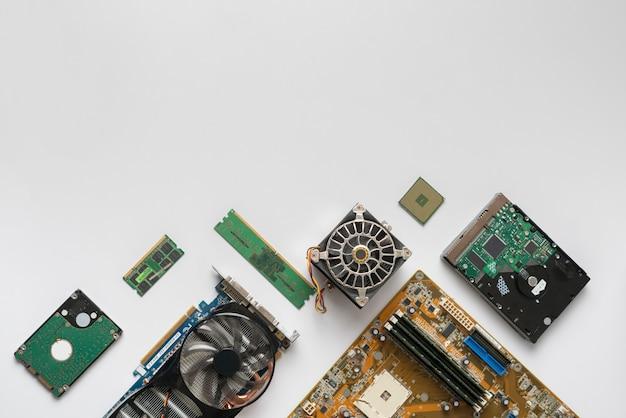 Widok z góry na płaski układ detali podzespołów komputera