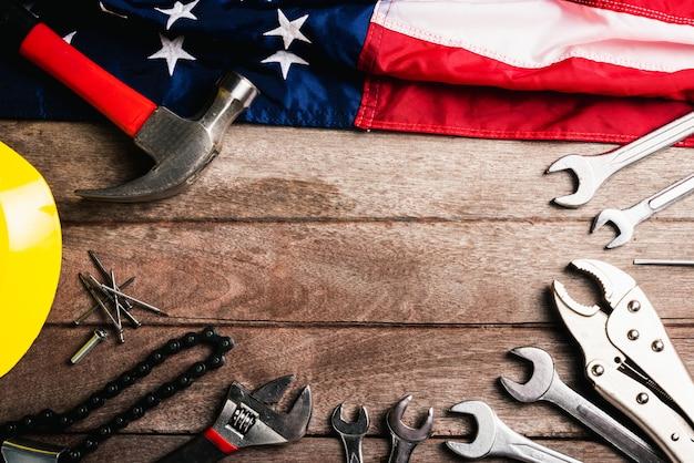 Widok z góry na płaski układ różnych rodzajów kluczy z amerykańską flagą