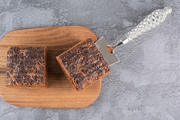 Widok z góry na plasterki domowe ciasto czekoladowe na desce.