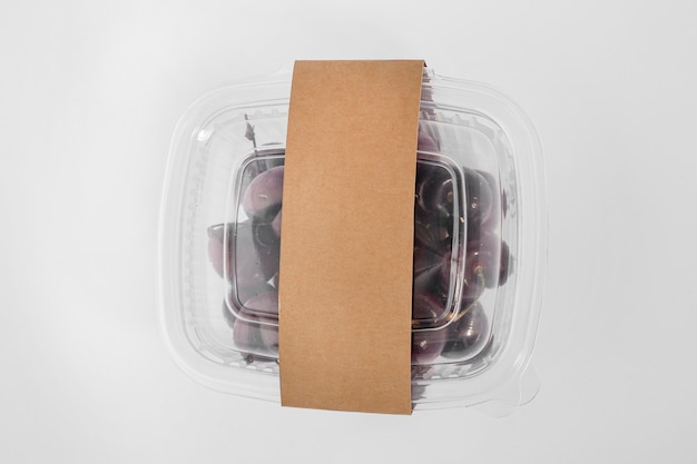 Widok z góry na plastikowe opakowanie z winogronami