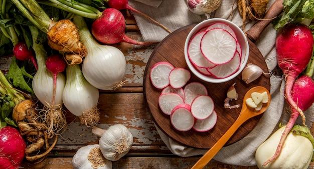 Widok z góry na plastry rzodkiewki z cebulą i czosnkiem
