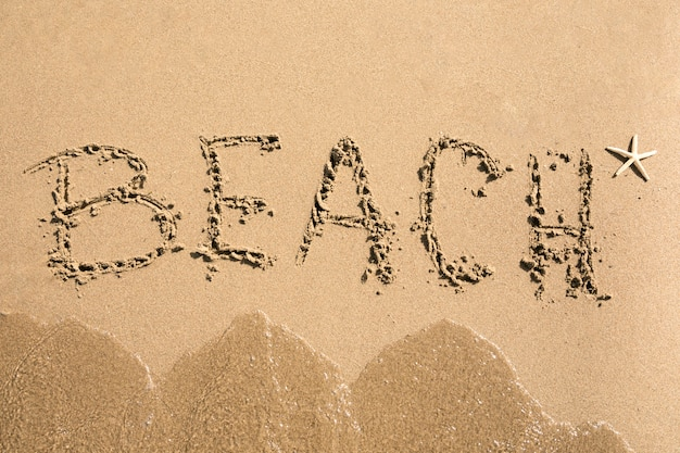 Widok z góry na plaży napisany na piasku