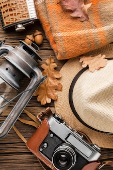 Widok z góry na podstawowe artykuły jesienne z kapeluszem i aparatem