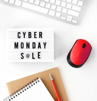 Widok z góry na podświetlane pudełko cyber poniedziałek z notatnikiem i klawiaturą