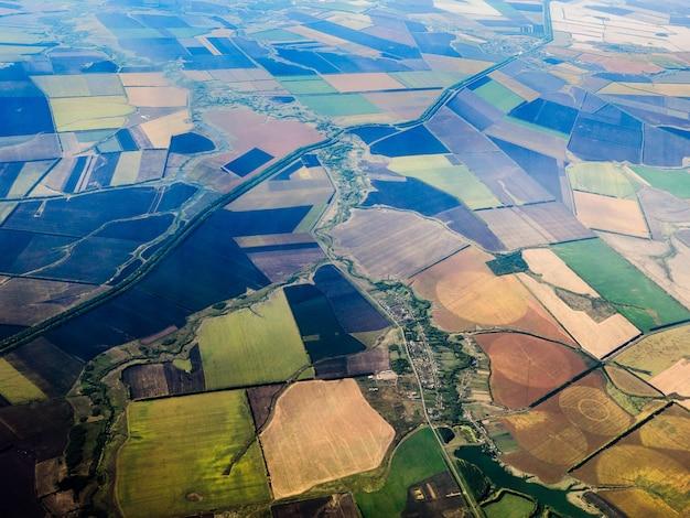Widok z góry na pola, lasy i rzeki.