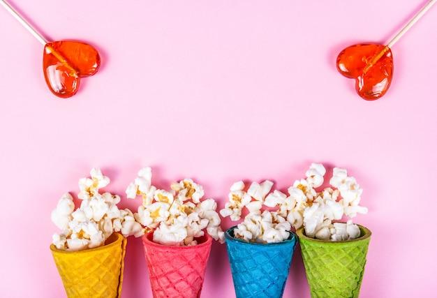 Widok z góry na popcorn z karmelem w rożkach waflowych i lizakach