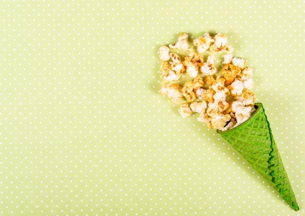 Widok z góry na popcorn z karmelem w rożku waflowym