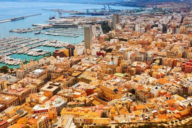 Widok z góry na port w alicante