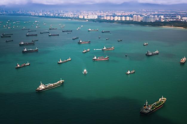 Widok z góry na port w singapurze z łodziami transportowymi i kontenerowcami