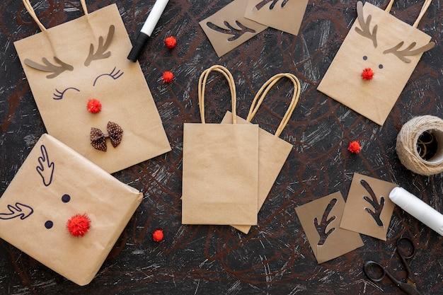 Widok z góry na prezent świąteczny i torby papierowe