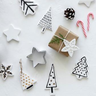 Widok z góry na prezent świąteczny z dekoracjami choinkowymi i gwiazdowymi