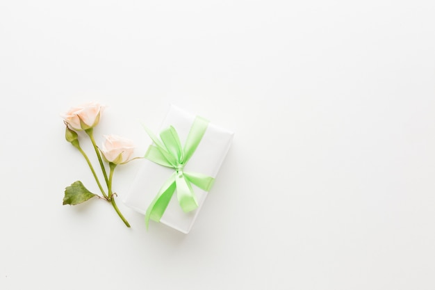 Widok z góry na prezent ze wstążki i róży