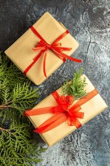 Widok z góry na prezenty świąteczne gałęzie sosny na szarej powierzchni
