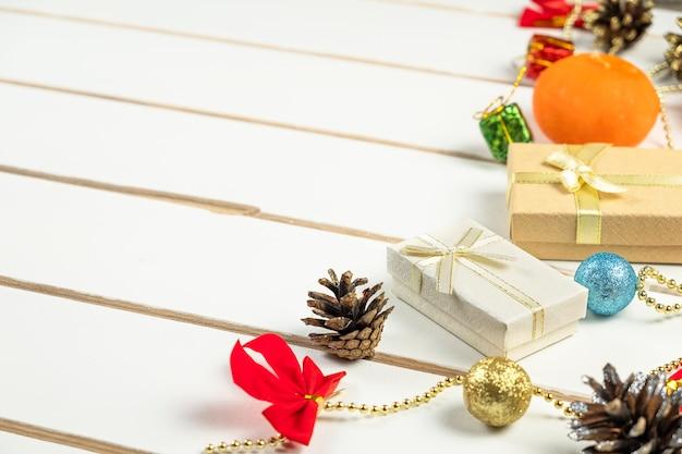 Widok z góry na prezenty świąteczne i świece