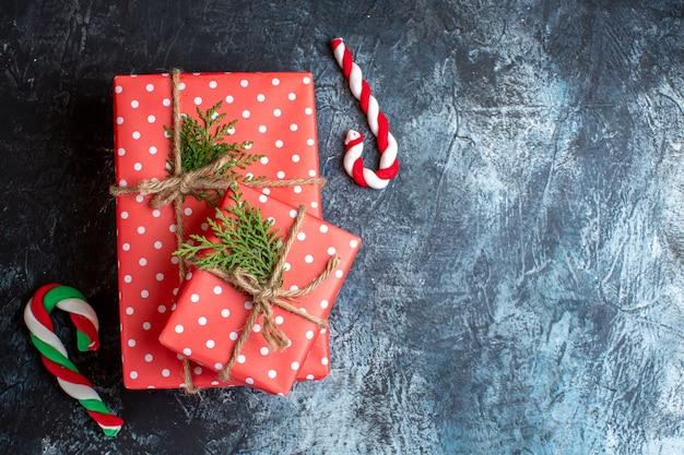 Widok z góry na prezenty świąteczne i trzcinę cukrową