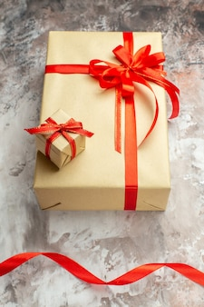 Widok z góry na prezenty świąteczne z czerwonymi kokardkami na białym zdjęciu świąteczny kolor prezent na nowy rok boże narodzenie