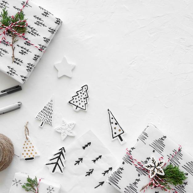 Widok z góry na prezenty świąteczne z drzewami i miejsce na kopię
