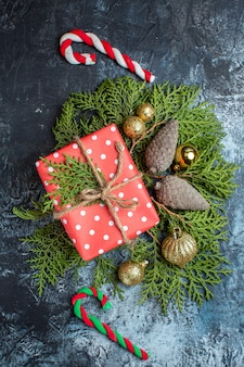Widok z góry na prezenty świąteczne z zieloną gałązką