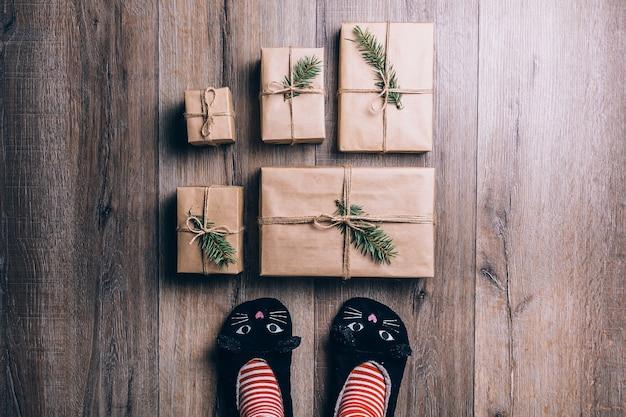 Widok z góry na prezenty zawinięte w papier na podłodze