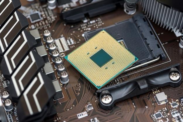 Widok z góry na procesor płyty głównej komputera osobistego