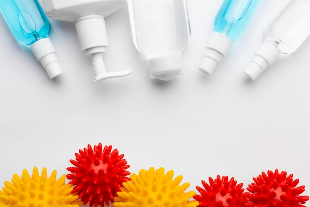 Widok z góry na produkty do dezynfekcji z wirusami