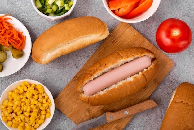 Widok z góry na prosty hot dog z pomidorami i kukurydzą
