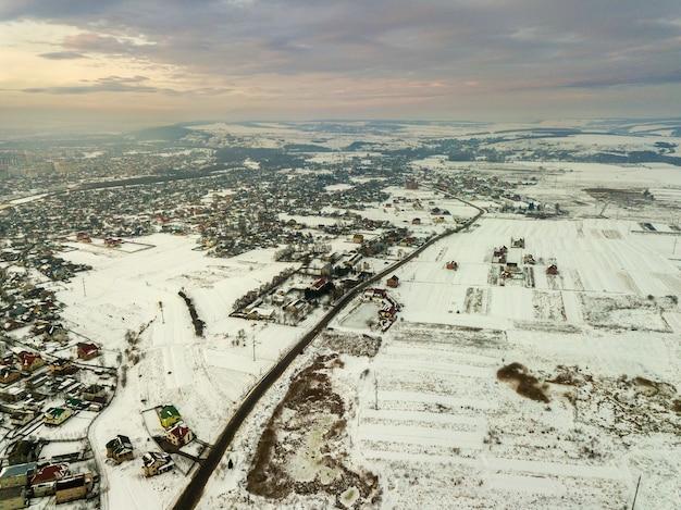 Widok z góry na przedmieścia miasta lub miasteczko ładne domy na zimowy poranek na pochmurnym niebie. koncepcja fotografii lotniczej drona.