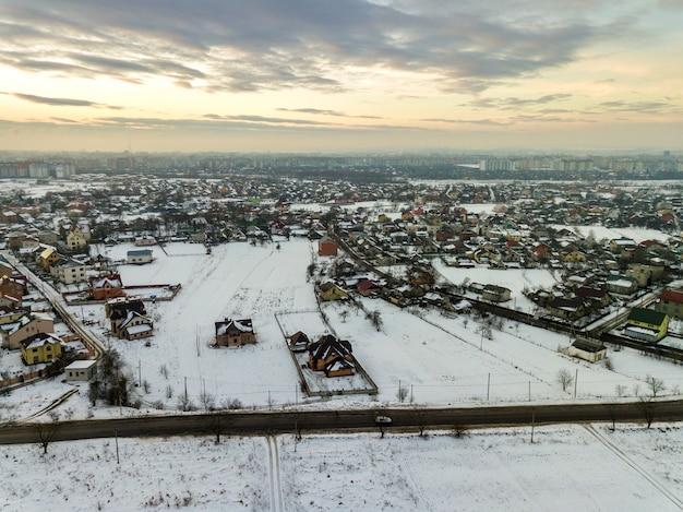 Widok z góry na przedmieścia miasta lub miasteczko ładne domy na zimowy poranek na pochmurnym niebie.