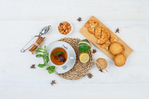 Widok z góry na przekąski z herbatą ziołową