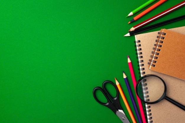 Widok z góry na przybory szkolne, ołówki i notatnik, miejsce na kopię