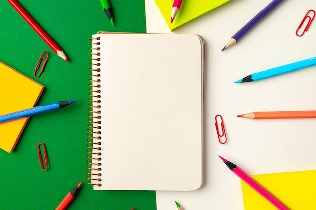 Widok z góry na przybory szkolne, ołówki i notatnik
