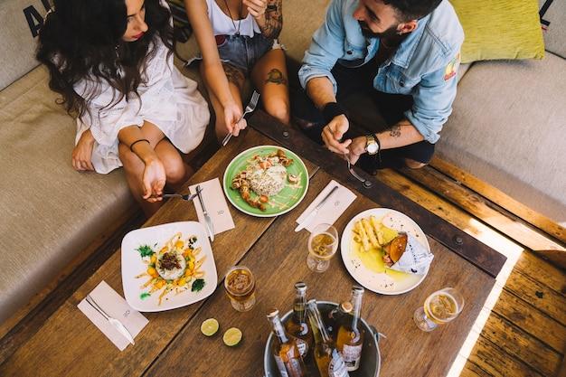 Widok z góry na przyjaciół jedzenia