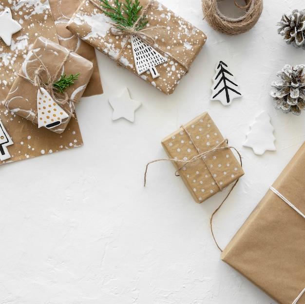 Widok z góry na pudełka na prezenty świąteczne