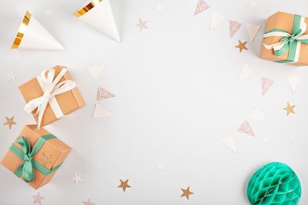 Widok z góry na pudełka z balonami i dekoracją imprezową. koncepcja imprez i uroczystości