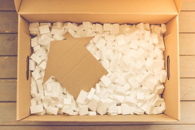 Widok z góry na pudełko do pakowania rzeczy.