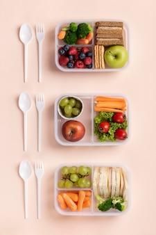 Widok z góry na pudełko na lunch z jedzeniem