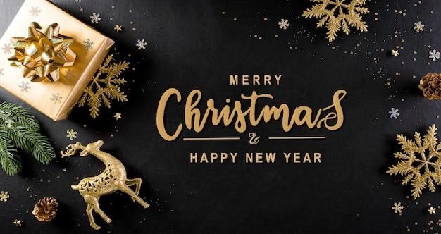 Widok z góry na pudełko świąteczne, gałęzie świerkowe, szyszki i płatek śniegu