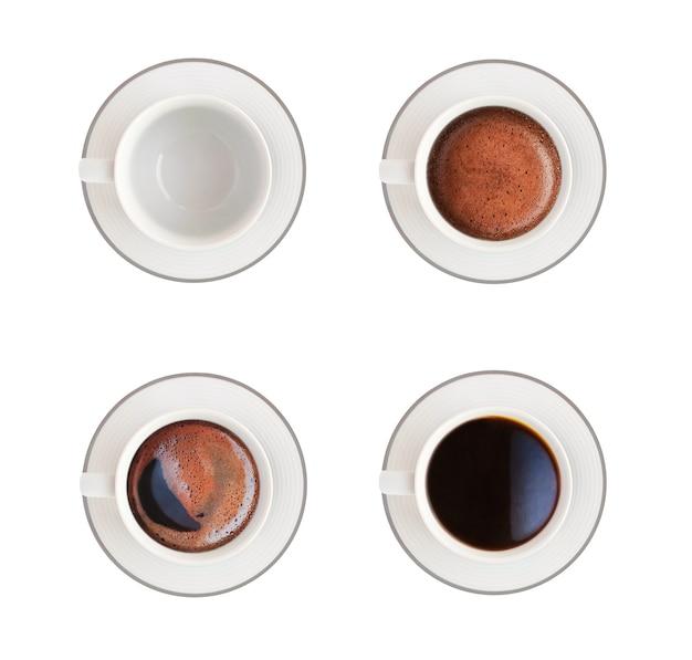Widok z góry na pustą białą filiżankę i kawę. gorący napój z pianką na białym tle