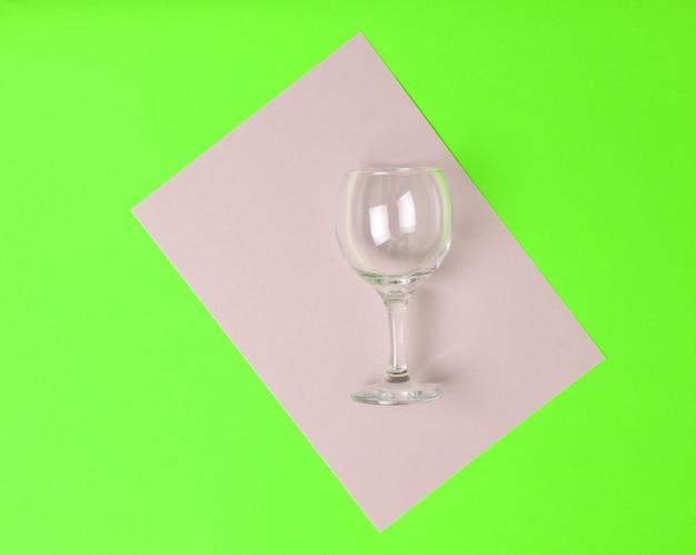 Widok z góry na pusty i wysoki kieliszek do wina