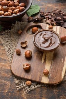 Widok z góry na pyszną czekoladę z orzechów laskowych