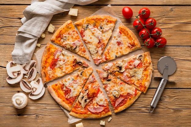 Widok z góry na pyszną pizzę na drewnianym stole