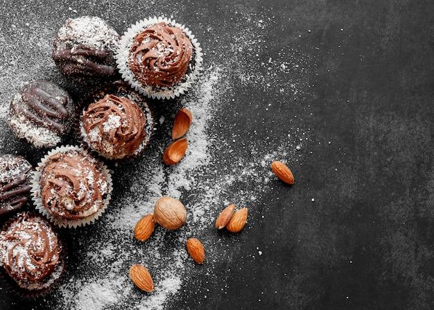Widok z góry na pyszne babeczki czekoladowe