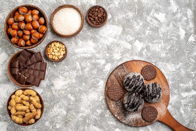 Widok z góry na pyszne batony czekoladowe z orzechami laskowymi i orzeszkami ziemnymi na białej powierzchni