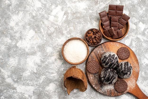 Widok z góry na pyszne ciasta czekoladowe kulki z ciasteczkami na białej powierzchni