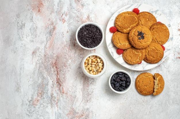 Widok z góry na pyszne ciasteczka cukrowe z orzechami na białej powierzchni